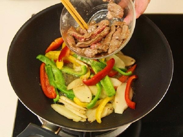 Cơm thịt bò xào ớt chuông 7