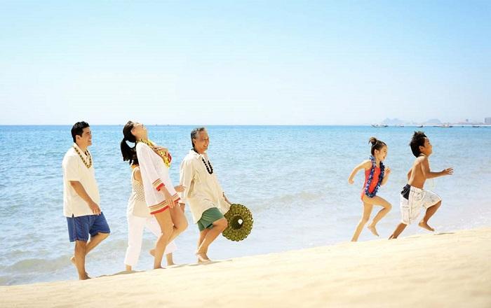 Bãi biển Mỹ Khê đắm lòng du khách