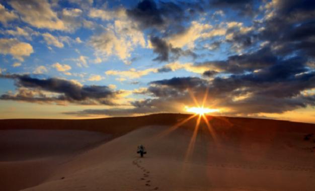 Hoàng hôn trên đồi cát bay Mũi Né – Bức tranh ảo diệu lúc ngày tàn
